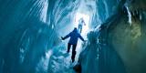 Utforsk den unike verden inni isbreene på Svalbard. Det er flere isgrotter rett utenfor Longyearbyen