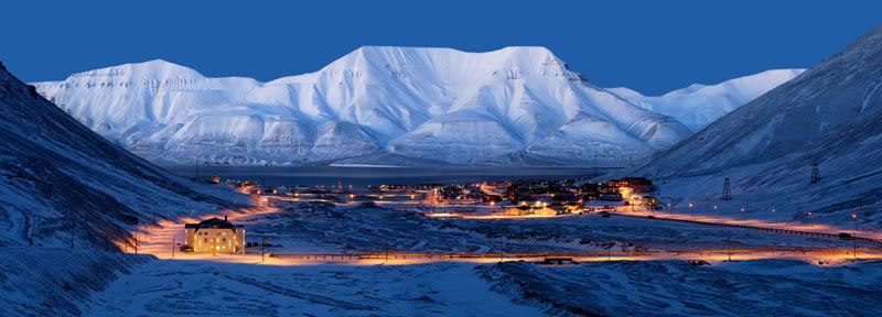 Longyearbyen på Svalbard i blåtimen. Hjortfjellet