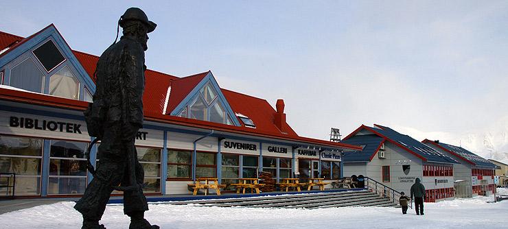 Shopping i Longyearbyen på Svalbard. Mange butikker. Selger souvenirer, gull, sølv, fritidsklær, sportsklær.