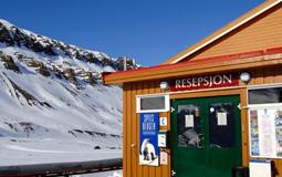 Rimelig overnatting i gjestehuset til Spitsbergen Travel. Reiser du til Svalbard og ønsker billig overnatting er dette stedet.