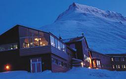Under Dark Season Blues Spitsbergen arrangeres det stemningsfull og intim bluesmiddag i Funktionærmessen Restaurant med artistene.