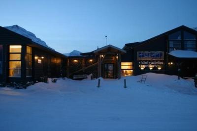 Basecamp Fangstmannshotellet, front, vinter i blåtimen