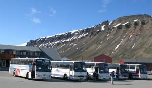 Svalbard Busservice sine busser på torget i Longyearbyen