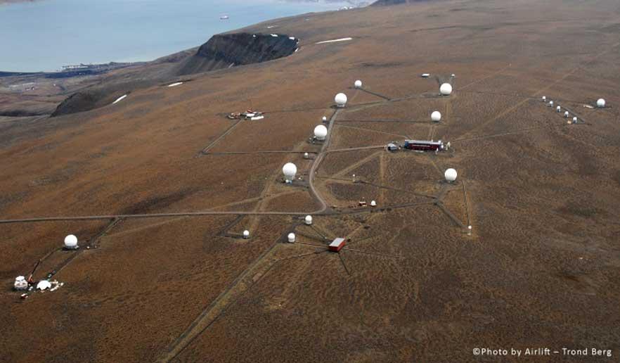 Kongsberg Satelitte Service avdeling Svalbard - SvalSat ligger på Platåfjellet utenfor Longyearbyen