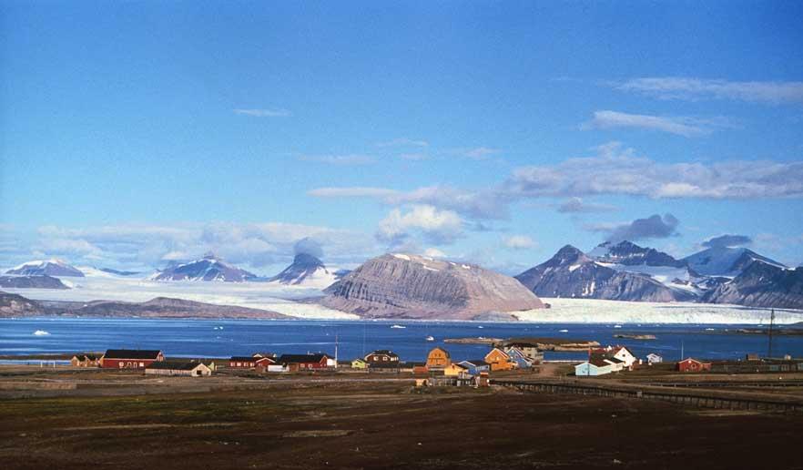 Ny-Ålesund på Svalbard med 3 kroner i bakgrunnen