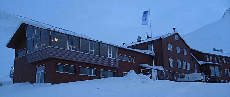 Spitsbergen Hotel, Funken ligger på Haugen ovenfor sentrum av Longyearbyen.