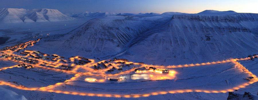 Longyearbyen på Svalbard, er den største bosetningen på Spitsbergen. Fantastisk syn av Longyearbyen i blåtimen.