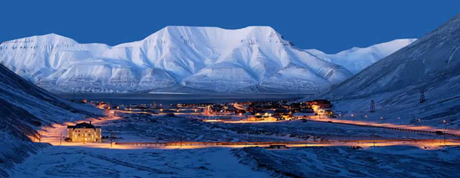 Longyearbyen, Svalbard i blåtimen i mørketiden.