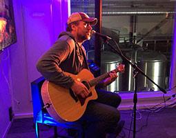 Jon Gunnar Hansen spiller på dark seaason blues 2018, i Longyearbyen